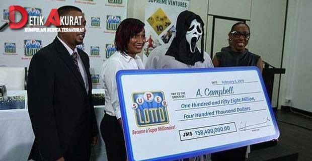 menang-lotre-rp-16-miliar-pria-ini-terima-hadiah-dengan-topeng-hantu