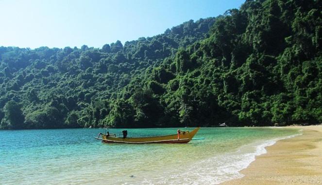 3. Pulau Nusa Barung, Jember